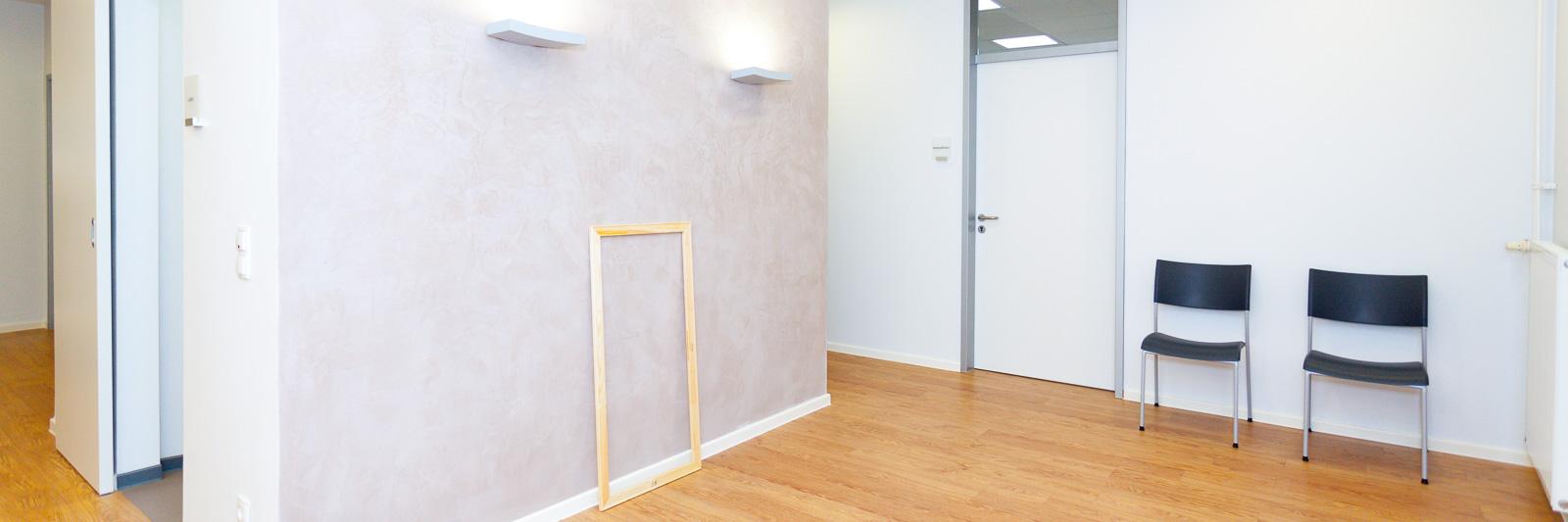 Bild-Raum-Konzept in Arztpraxis mit Musterrahmen.