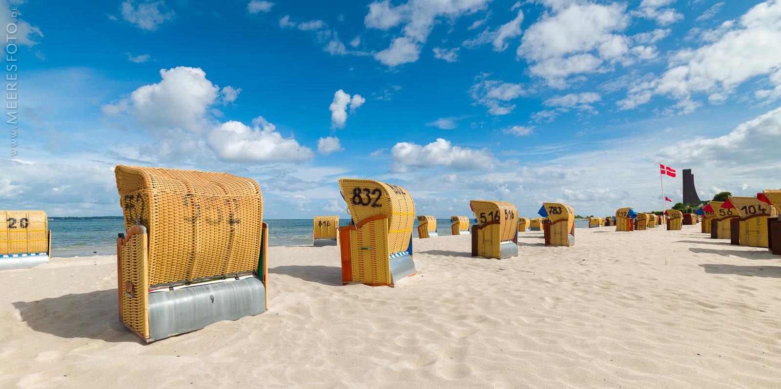 Strandkörbe an der Förde